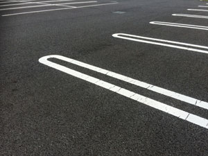 アスファルトの駐車場
