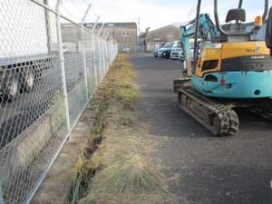 排水溝周辺 草刈り 重機使用 草刈り中