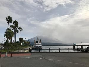 煙を上げる桜島