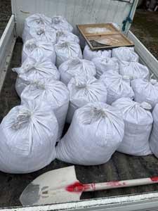 がけ崩れ工事に使う土のう袋作り